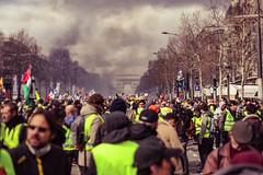 """Extrait de """"Y así los insurrectos parisinos avanzaron al grito de """"soy Varela""""…"""" (O Phil des Contrastes) Tags: france giletsjaunes champs elysées paris manifestation manif demonstration"""