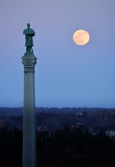 Soldier's moon (Dolbelydr) Tags: st paul minnesota monument dusk moon statue soldier