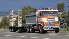 Atkinson @ Yass (1 of 2) (Jungle Jack Movements (ferroequinologist) all righ) Tags: 3870 atkinson white seddon iveco oldham international harvester foden brit british english lorry yass haulin hauling hume historic vintage veteran sydney highway freeway hp horsepower big rig haul freight cabover trucker drive transport delivery bulk hgv wagon road nose semi trailer cargo interstate vehicle load freighter ship move motor engine power teamster truck tractor prime mover diesel injected driver cab cabin loud wheel exhaust double b australia australian supreme earthmoving gardener fiat nsw