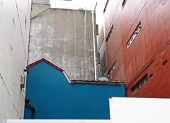 (UrbaceousSentiment) Tags: rot red blue blau tokyo tokio japan architecture architektur digital pentax k200d