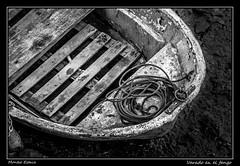 Varado en el fango (Montse Estaca) Tags: españa spagna spain paísvasco euskadi gipuzkoa guipuzcoa irun barca boat bote rope cuerda corda fango mud tablas boards streetphotography urbanlandscape urbanphotography paisajeurbano fotografíaurbana bidasoa río fiume river mareabaja lowtide bassamarea fuji fujixt1 bn bw bianco blanco black negro nero white