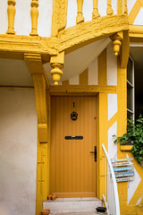 Yellow One (TablinumCarlson) Tags: eu europe europa france frankreich loire centreval de centre val leica m m240 28mm door tür fit facade fassade haus house architecture architektur summicron cron gelb yellow fachwerk fachwerkhaus framework timber timberframed 1 one eingang entry jardin