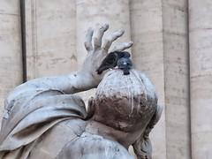 4 Fingers (Robert Cowlishaw (Mertonian)) Tags: roma statue canon pigeons powershot mertonian roma2020 robertcowlishaw canonpowershotsx70hs sx70hs hand fingers