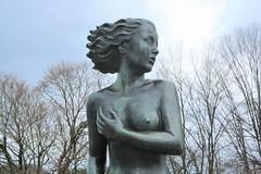 «Mädchen im Wind» Bronzestatue am Mythenquai, Zürich. Otto Münch (* 23. Oktober 1885 in Meissen; † 26. Januar 1965 in Zürich) (level42_ch) Tags: art kunst kunstwerk bronze bronce switzerland skulptur sculpture statue swiss zurich bildhauer landiwiese wollishofen