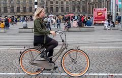PUUR.NL (Digifred.nl) Tags: digifred 2020 2019 nikond500 amsterdam nederland netherlands holland iamsterdam straat street city grachten streetphotography grachtengordel nl puur puurnl meisje vrouw oranje fiets dedam damsquare girl woman orange bicycle