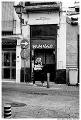 - . (Matías Brëa) Tags: calle street streetphotography blancoynegro blackandwhite bnw mono monochrome monocromo personas people gente