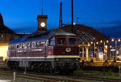 132 293-2 (rengawfalo) Tags: dr erfurterbahnservice ludmilla br232 v300 br132 reichsbahn deutschereichsbahn dresden diesellok blauestunde dresdenhbf zug train railways lok lokomotive bahnhof gleis station night nacht