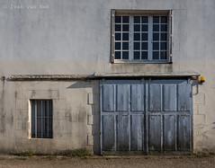 Chemin de l'Abbaye, Paimpol (Ivan van Nek) Tags: france frankrijk frankreich côtesdarmor bretagne breizh 22 nikon d7200 doorsandwindows portesetfenêtres ramenendeuren garage garagedoor garagedeur facade