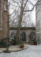 17.2.2020 St. Barts and its chapel (9) (ginann) Tags: st bartholomews hospital near front entrance
