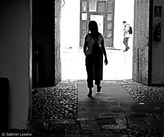 Tras la puerta (Gabriel Lozano) Tags: plazadelpotro blackandwhite blancoynegro fotografiadistrada streetphotography fotografíacallejera photographiederue fotografiaderua byn córdoba