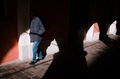 Modena, 2019 (Antonio_Trogu) Tags: antoniotrogu candid canpubphoto people public ricoh ricohgr ricohgr2 ricohgrii street streetphotography unposed 2019 italia italy modena portici portico arcade uomo man light shadow chiaroscuro ombra ombre archi