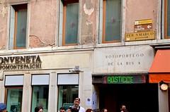 Sotoportego de la Bissa (Joe Shlabotnik) Tags: italia 2019 italy sign april2019 venice venezia afsdxvrzoomnikkor18105mmf3556ged