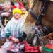 Karneval in Köln: Nahaufnahme eines Pferdes beim Rosenmontagsumzug. Bunt verkleidete Zuschauer im Hintergrund