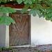 Lermoos, Ortsmitte (28) - Alte Tür hinter der Kastanie