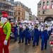 Die Musiker vom Musikverein Merazhofen aus Allgäu spielen als Schlümpfe verkleidet beim Rosenmontagszug in Köln. Ihr Dirigent marschiert als Papa Schlumpf verkleidet und leitet die Gruppe an