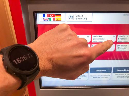 Ticket für öffentliche Verkehrsmittel am Automat kaufen und mit Smartwatch kontaktlos bezahlen