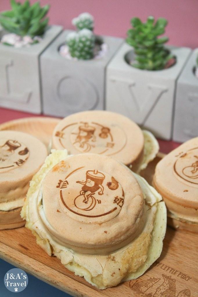 爆漿花芝丸車輪餅包了一整顆的芝麻湯圓 【捷運公館】兩點綠豆沙車輪餅 @J&A的旅行