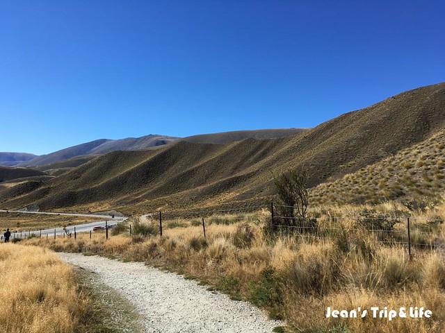 藍天下的綿延的群山超級美