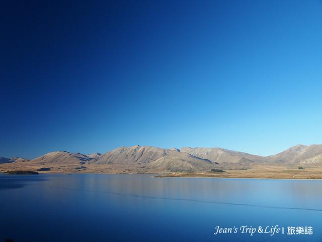 蔚藍的天空與湛藍色的蒂卡波湖
