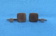 Anglų lietuvių žodynas. Žodis square-shaped reiškia kvadrato formos lietuviškai.