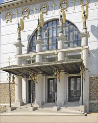 L'entrée de l'église Saint-Léopold Am Steinhof (Vienne, Autriche)