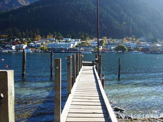 走在木棧板上欣賞瓦卡蒂普湖Lake Wakatipu