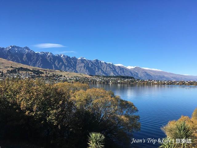 平靜的湖面與遠方的雪山形成美麗的一幅畫