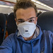 Schutzmaske der Stufe FFP3 während eines Fluges