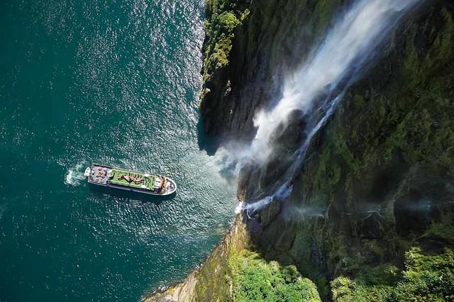 米佛峽灣遊船衝瀑布活動