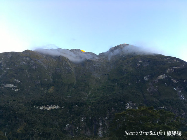 Milford Sound Lodge 後面的巍峨挺拔群山