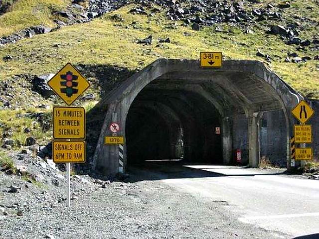 荷馬隧道 (Homer Tunnel) 只能單向通行