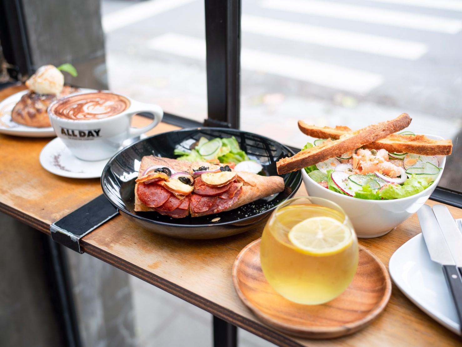 台北松山咖啡廳|民生社區ALL DAY Roasting Company|陽光灑落的老宅咖啡廳 黑胡椒牛肉可頌