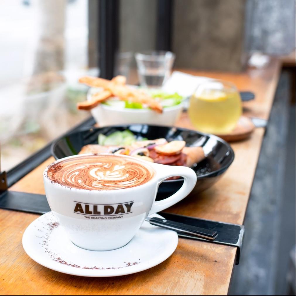 台北松山咖啡廳|民生社區ALL DAY Roasting Company|陽光灑落的老宅咖啡廳 招牌超費工拿鐵 $180
