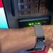 Die Garmin Smartwatch vor das Lesegerät halten und kontaktlos zahlen. Nahaufnahme