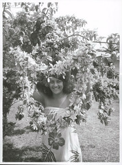 Tapu Oki presenting a visitor with an Ei of flowers, Rarotonga, 1969