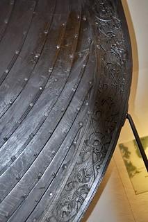 """Detailfoto Origineel Vikingschip, """"the Oseberg Ship"""" in het Vikingschip Museum Oslo, Noorwegen."""