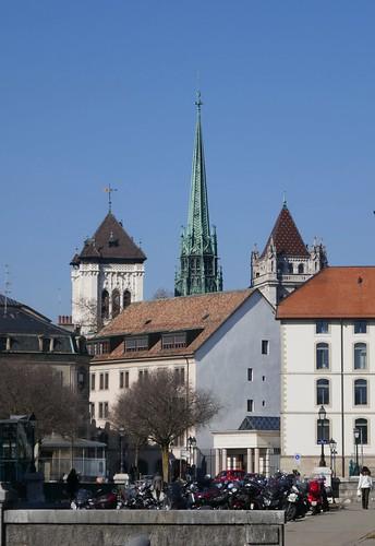 Vue sur les tours de la cathédrale St Pierre depuis la promenade de l'Observatoire, Genève, Suisse.