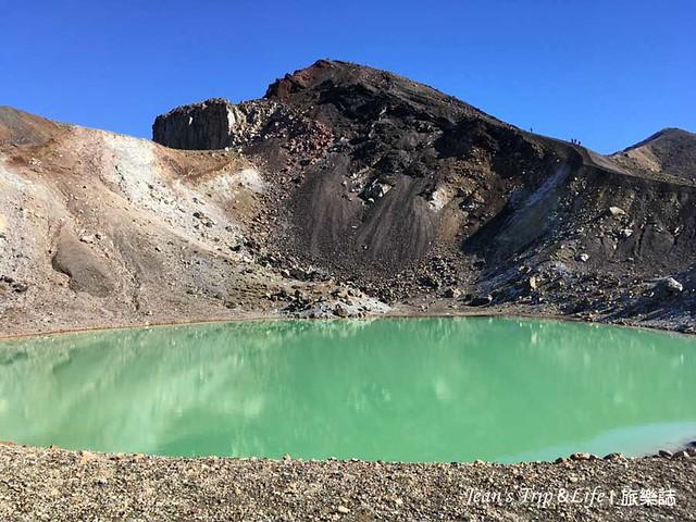 呈現淺綠色的翡翠湖