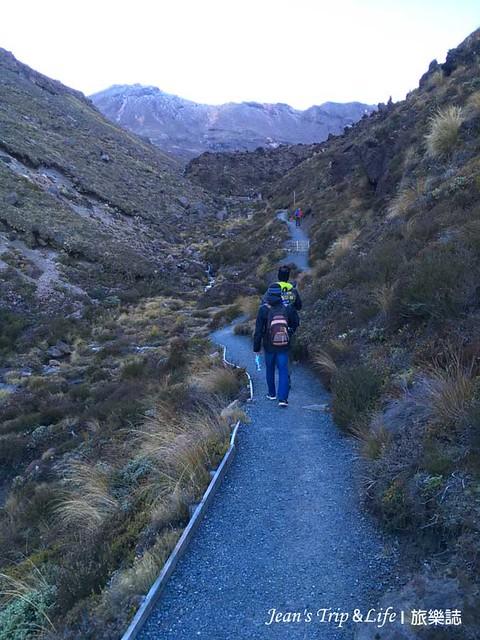 沿途的步道被群山環繞