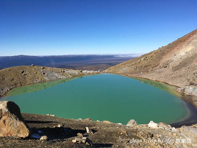 呈現深綠色的翡翠湖