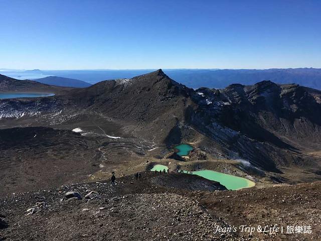 爬上頂端,俯瞰末日火山翡翠湖