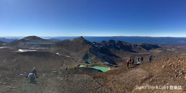 站在高處俯瞰藍湖跟翡翠湖