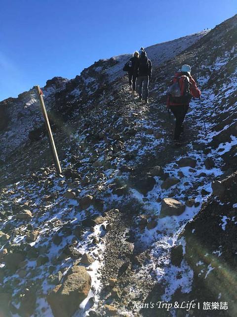 非常陡峭上坡的岩石路