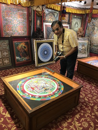 Looking at the sand painting consecrated by the Dalai Lama