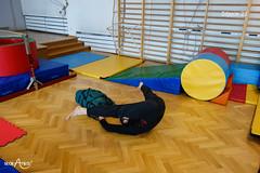 Leżenie rozkroczne z rękami pod plecakiem