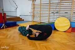 Leżenie przewrotne z rękami pod plecakiem