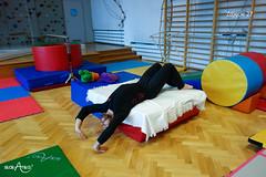 Sięganie w tył do mostka z leżenia na boku łóżka