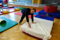 Przejście z podporu przodem do podporu tyłem z rękami na łóżku 2/4