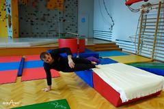 Przejście z podporu przodem do podporu tyłem z nogami na łóżku 2/3