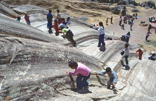 Estrías en plano de falla plegado - Sacsayhuamán (Perú) - 03